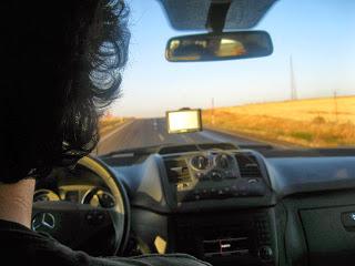 L'amico Pigna alla guida del Vito. Il noleggio dell'auto ha un costo irrisorio ripestto ai prezzi italiani: macchina da 9 posti con chilometraggio illimitato, assicurazione standard (danni, furto, incendi) e guidatore di età maggiore ai 25 anni, per un totale di 12 giorni: 786 euro (essendo in 6, 120 a testa). Certo, in Turchia costa la benzina, ma se chiedete esplicitamente un mezzo a diesel, il problema è risolto.