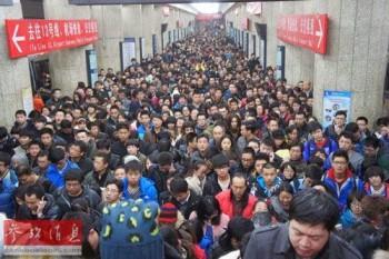 Una normale giornata nella metropolitana di Beijing durante l'ora di punta.