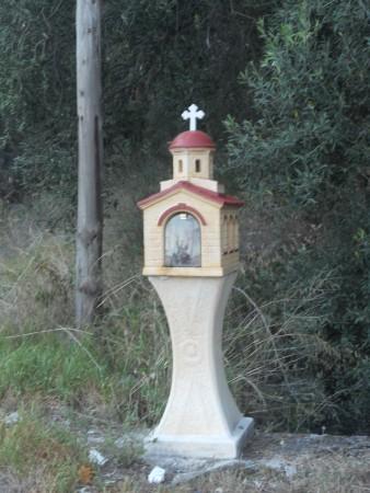 Una delle numerose santelle che si trovano per le strade di Corfù.