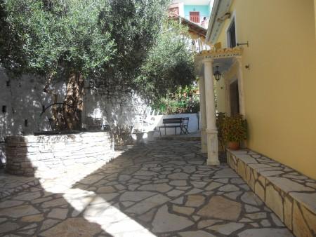 Il patio esterno di una chiesetta greco-ortodossa.