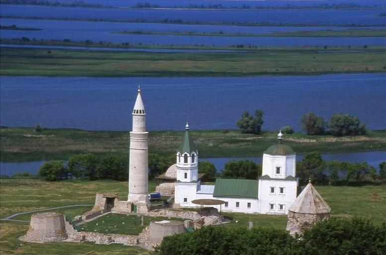 I resti dell'antica Bolgar e il Volga con le sue isole