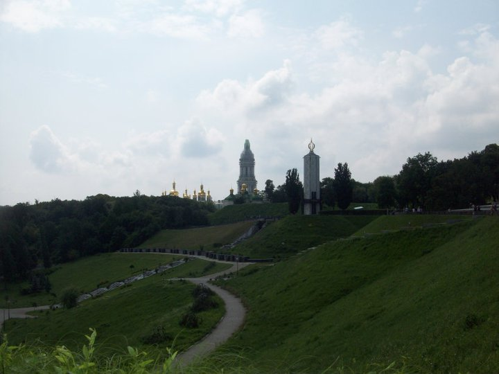 Il Monastero delle Grotte di Kiev, o Lavra, e il parco che lo circonda.