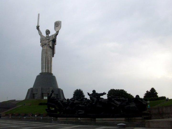 La Grande Madrepatria e le statue dei soldati.