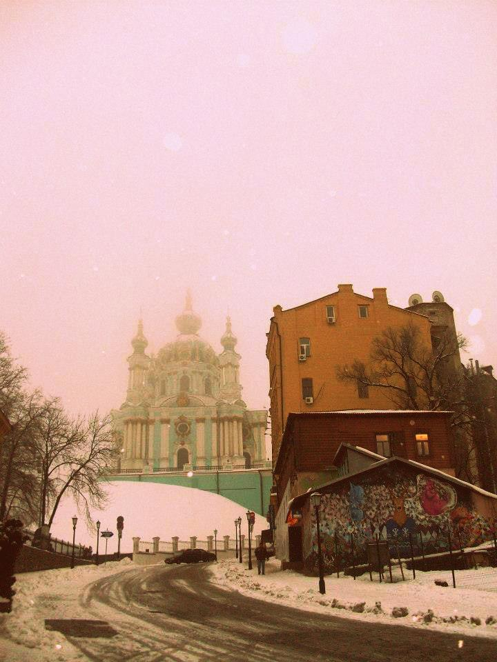 La salita verso la Chiesa di Sant'Andrea in una giornata nevosa.