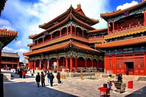 Interno del monastero Yonghegong, da notare la vivacità dei decori e dello stile architettonico buddhista.