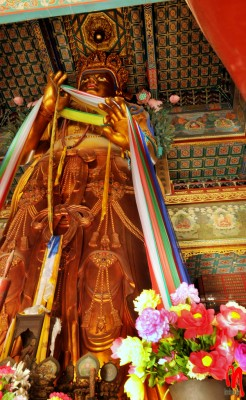 L'imponente statua lignea del Buddha Maitreya.