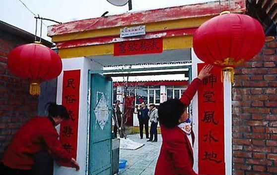 Gli addobbi e i paramenti di colore rosso utilizzati per preparare la casa al nuovo anno.