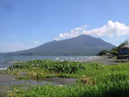 Lago de Nicaragua, vista del vulcano Madera.