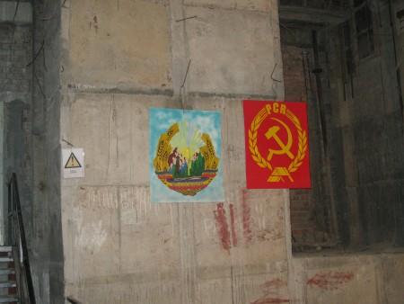Le bandiere Romania comunista. A destra la bandiera del Pcr e a sinistra il simbolo della nazione, solitamente posizionato nel centro della bandiera… non a caso oggi si possono osservare tra le vie della città bandiere con significativi buchi centrali.