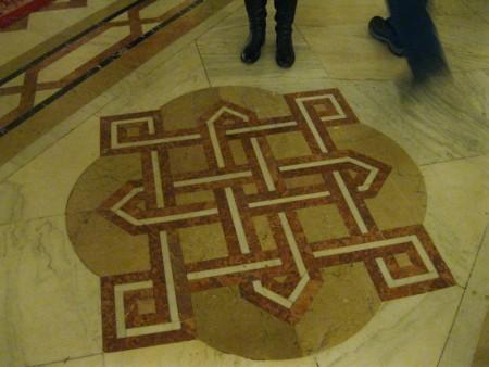 Nonostante sembri una semplice decorazione del pavimento, in realtà si tratta della pianta dell'edificio.