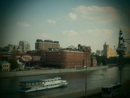 """La fabbrica """"Ottobre Rosso"""" e la nave-monumento a Pietro Il Grande, sulla destra."""