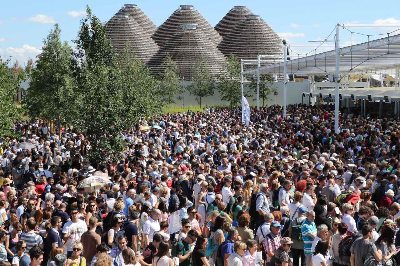 Code interminabili all'ingresso di Expo, così lunghe che un cittadino romano non è riuscito a visitare i padiglioni e si è rivolto al Codacons: è la prima causa italiana contro Expo.