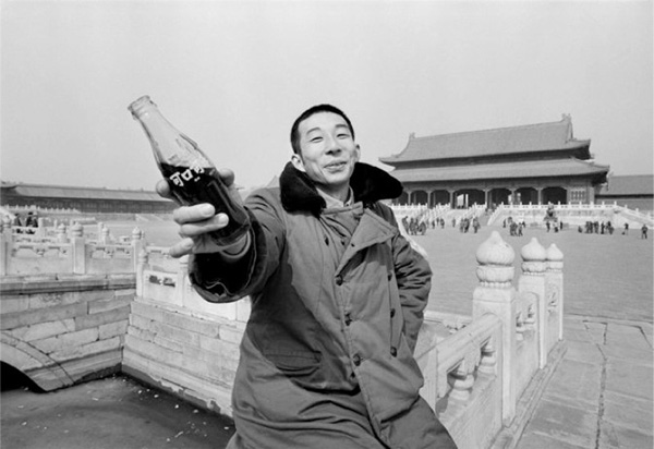 1981, a youth brandishes a bottle of Coca-Cola in the Forbidden City (China Daily)