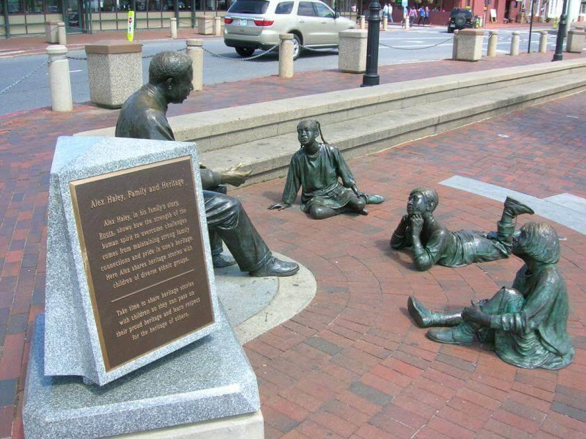 The Kunta Kinte – Alex Haley Memorial, Ed Dwight, Annapolis 1999. La scultura rappresenta Haley nell'atto di leggere un libro a tre bambini di differente estrazione etnica; è stata poi aggiunta una placca in bronzo che riporta gli atti originali dell'arrivo di Kunta Kinte in America.