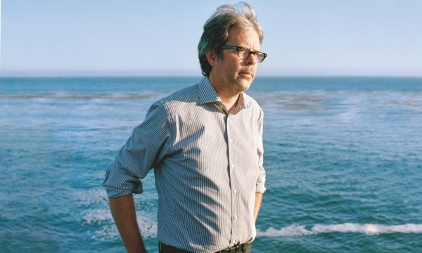 Franzen sulla spiaggia nei pressi della sua abitazione a Santa Cruz, California (Morgan Rachel Levy/Guardian)