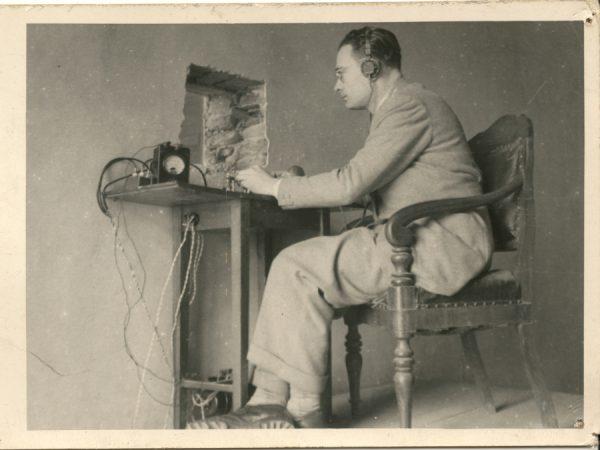 La stazione radio al tribunale durante il processo Altini (1946).