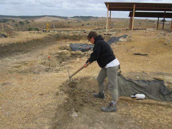 L'archeologa Jennifer Alvino presso gli scavi del complesso monumentale di Tarquinia (foto dello staff di Tarquinia).