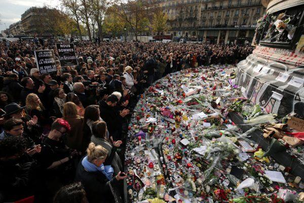Il memoriale per le vittime degli attentati a place de la République a Parigi, il 16 novembre 2015. (Christopher Furlong/Getty Images/Internazionale)